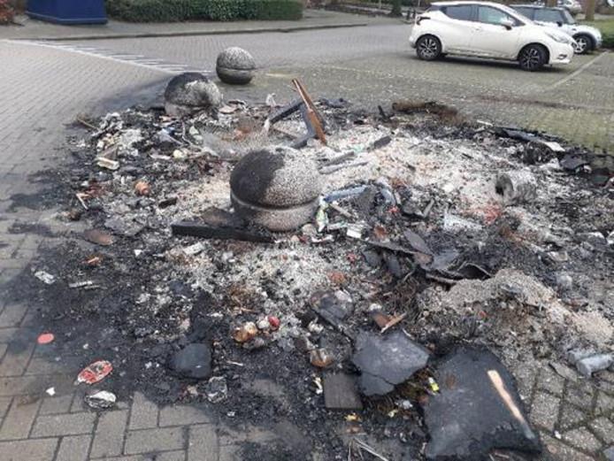 Stookresten na de jaarwisseling in de Vermeerstraat in Oudheusden. Het opruimen en het herstel van het wegdek kost de gemeente Heusden steeds meer.