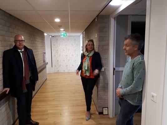 Burgemeester Mikkers (links) liet zich bijpraten over het initiatief door Sacha Ausems en huisarts Jos van der Sande.