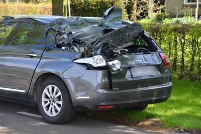 Auto zwaar beschadigd na aanrijding door trekker