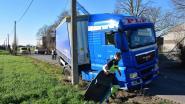 Al vierde vrachtwagen in vier weken in de sloot langs Ruiseledesteenweg: burgemeester pleit voor trager en hoffelijker rijden