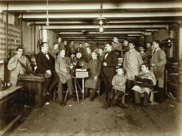 Werkruimte van de boekbinderij die H.W. Kampert en J.F. Helm in 1872 begonnen op een zolderkamer in de Barndesteeg Beeld -
