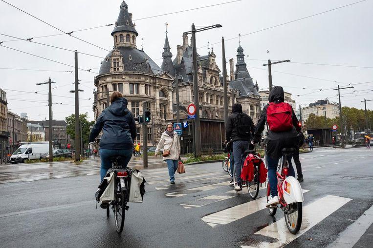 Op de Mechelsesteenweg geldt er voor fietsers maar één advies: goed uit de doppen kijken.