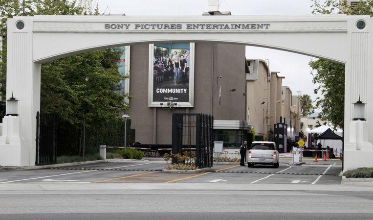 De ingang van Sony Pictures Entertainment in Culver City in de Amerikaanse staat Californië. Hackers hebben gisteren vijf nog niet uitgebrachte films en de salarissen van de directie van Sony Pictures naar buiten gebracht. Beeld reuters
