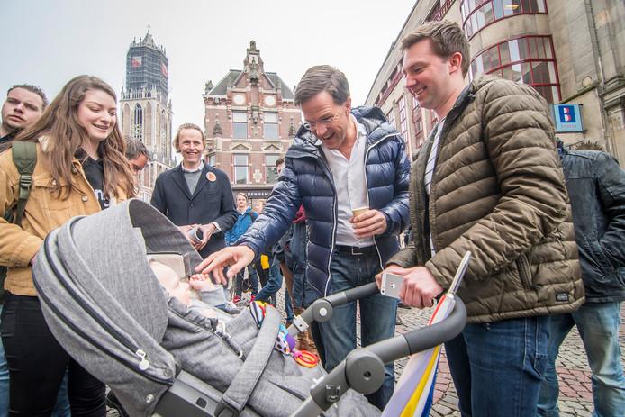 Mark Rutte steelt de show op de stadhuisbrug in Utrecht.