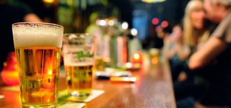 Drie nachtbrakers in kroeg in Zwolle opgepakt omdat ze structureel niet betalen voor drankjes