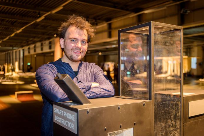 Ontwerper Noud Sleumer is met zijn mobieltjesmachine genomineerd voor de Klokhuisprijs.