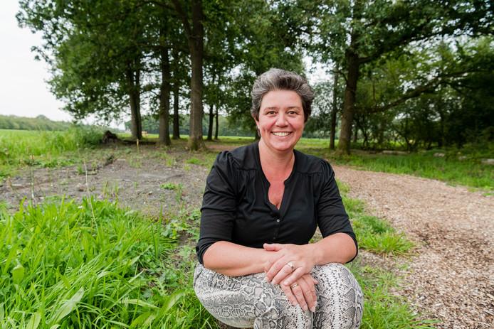 Lisette Geelen in het herinneringsbos, dat zij creëerde tussen Driebergen en Werkhoven.