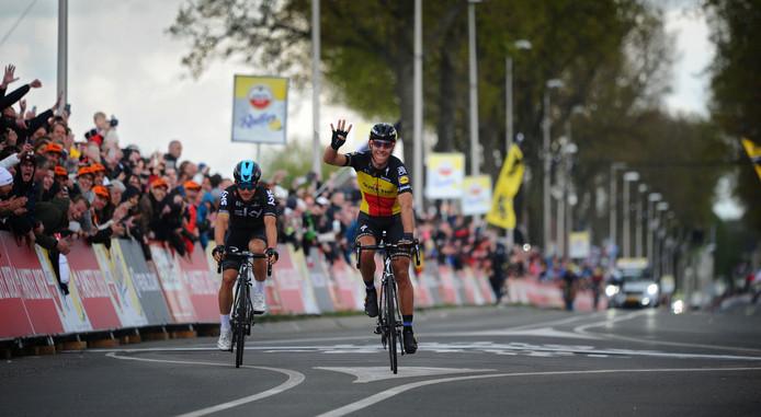 Gilbert wint de Amstel Gold Race in 2017, achter hem Kwiatkowski