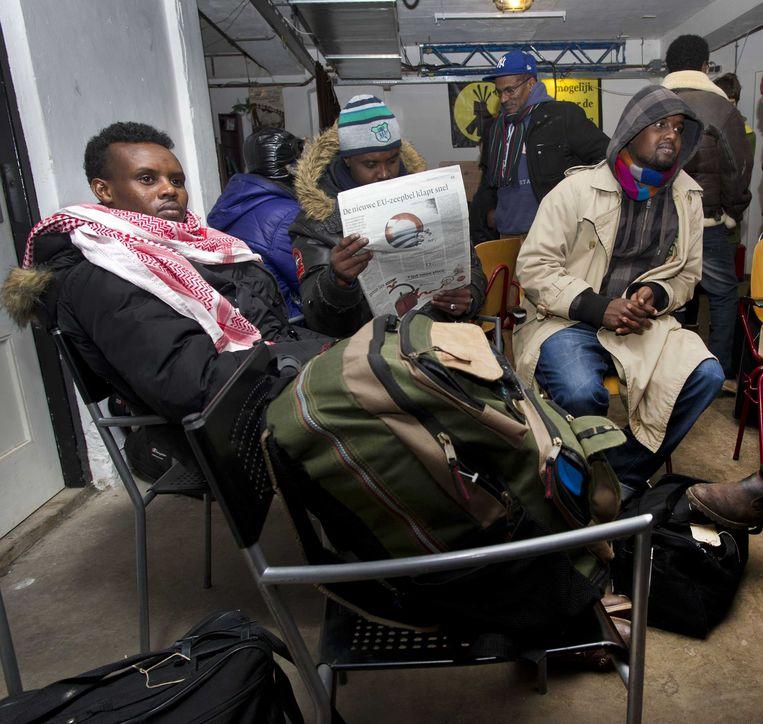 Asielzoekers afgelopen zaterdag in een bunker in het Vondelpark. Ze verbleven daar tijdelijk nadat hun tentenkamp in Osdorp was ontruimd. Beeld ANP