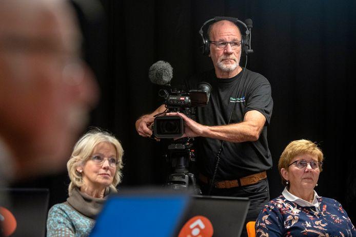 Cameraman Thijo van Beek aan het werk in de Bieb in Dieren.