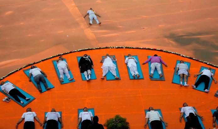 De Indiase minister van binnenlandse zaken Rajnath Singh waagt zich ook aan een yoga-sessie in Lucknow, India.
