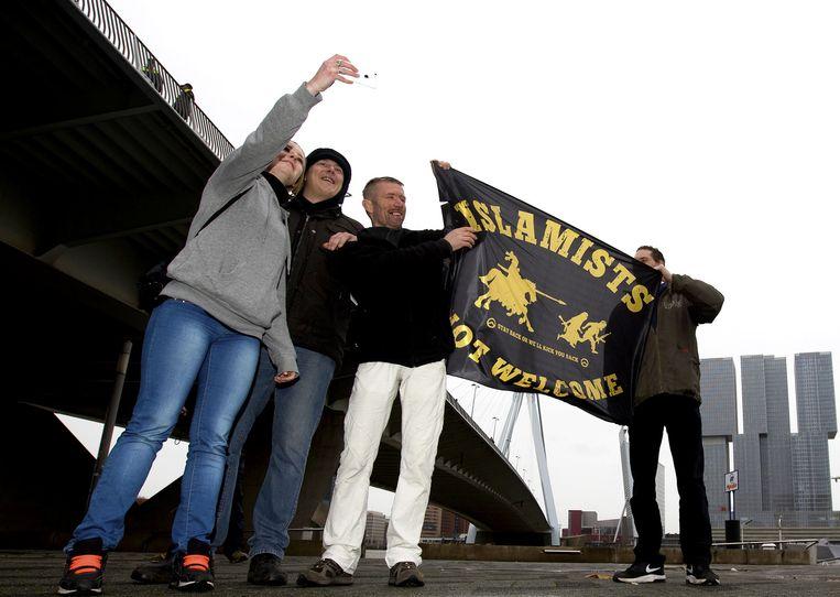 Demonstranten van Pegida voeren actie op het Willemsplein in Rotterdam. Beeld anp