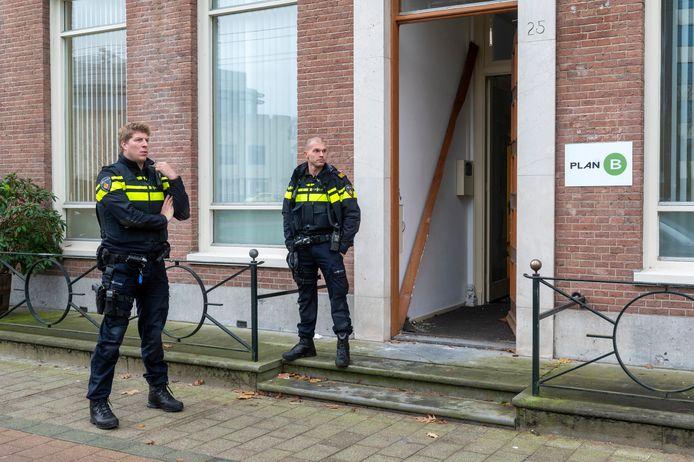 Politiemannen bewaken het pand aan de Jansbinnensingel in Arnhem waar de wietkwekerij werd ontdekt.