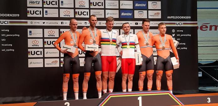 De nederlandse tandemduo's Timo Fransen/Vincent ter Schure (links op podium) en Patrick Bos/Tristan Bangma (rechts op podium) flankeren de wereldkampioenen uit Polen op het WK Paracycling in Apeldoorn, begin dit jaar.