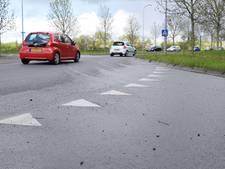 Voertuig verliest grind op rotonde én kruising in Doetinchem