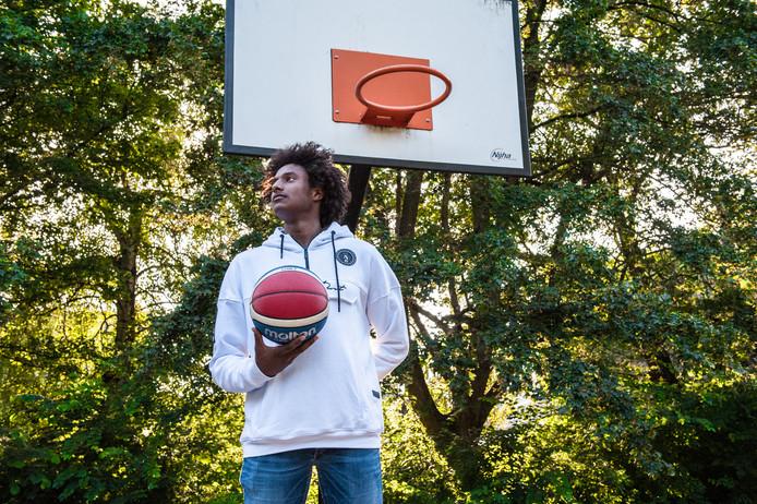 Massal Diouf vervolgt in de Verenigde Staten zijn middelbare school en sportloopbaan.