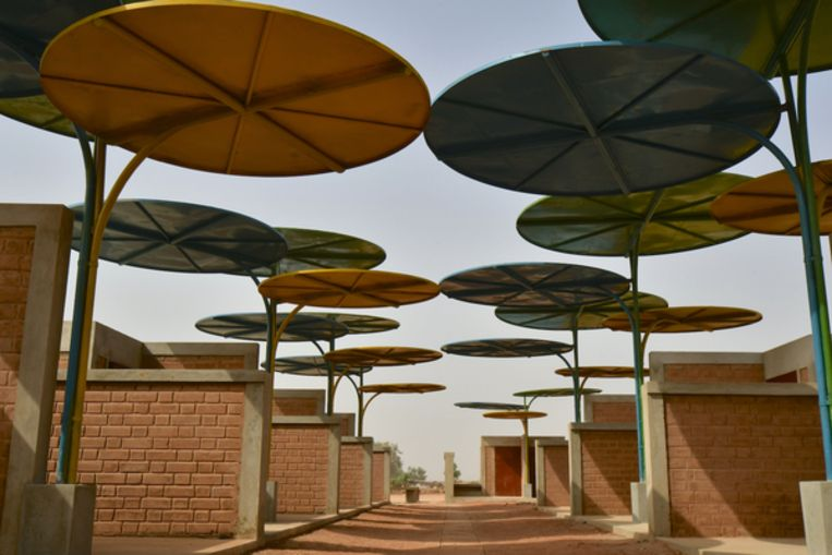 De markt met parasol overkapping.  Beeld united4design