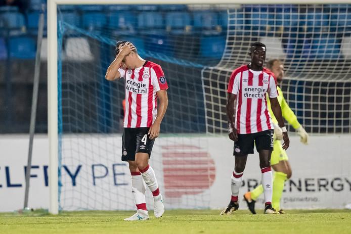 Derrick Luckassen (rechts) baalt na de uitschakeling van PSV in Osijek.