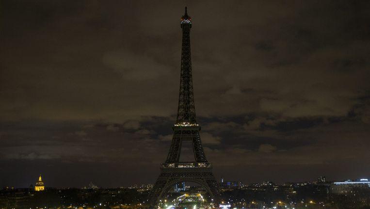 De Eiffeltoren op zwart tijdens Earth Hour Beeld epa