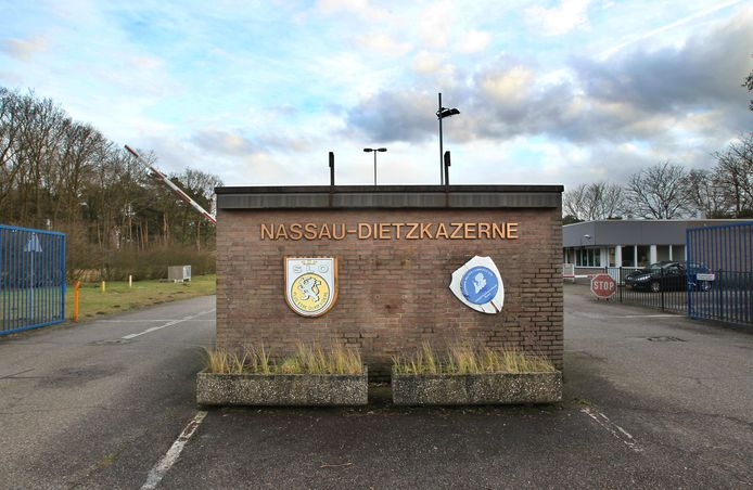 De entree van de voormalige Nassau-Dietzkazerne in Budel (Archieffoto).