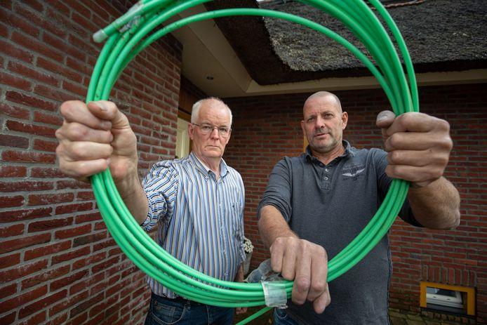 Hans Meijer en Gert Stam van Plaatselijk Belang Belt-Schutsloot strijden voor gelijke tarieven voor de aanleg van glasvezel.