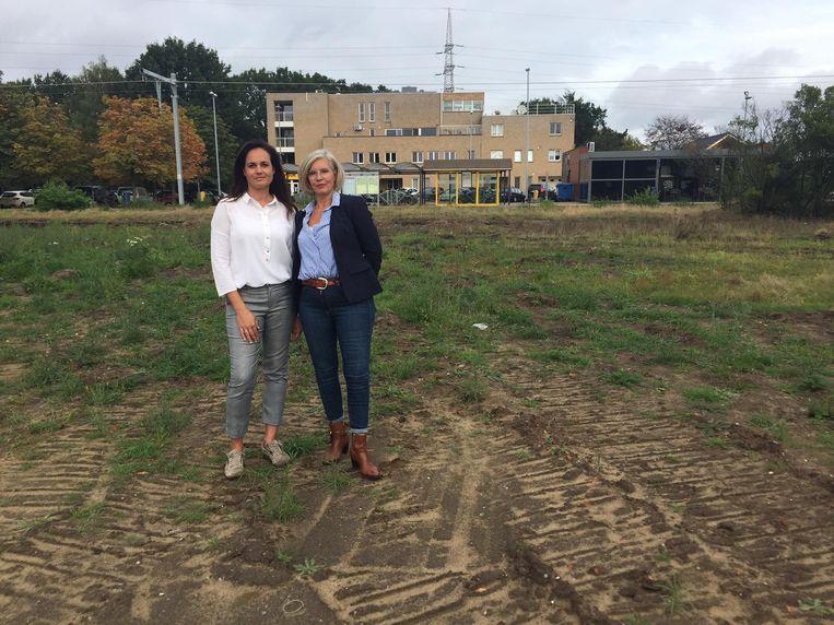 Gemeenteraadslid Kelly Bosmans en bestuurslid Elly Vanbrabant op de bewuste plek