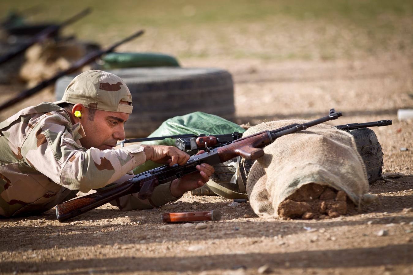Nederlandse trainers in Erbil in Irak leiden pelotons Koerdische Peshmerga-strijders op.