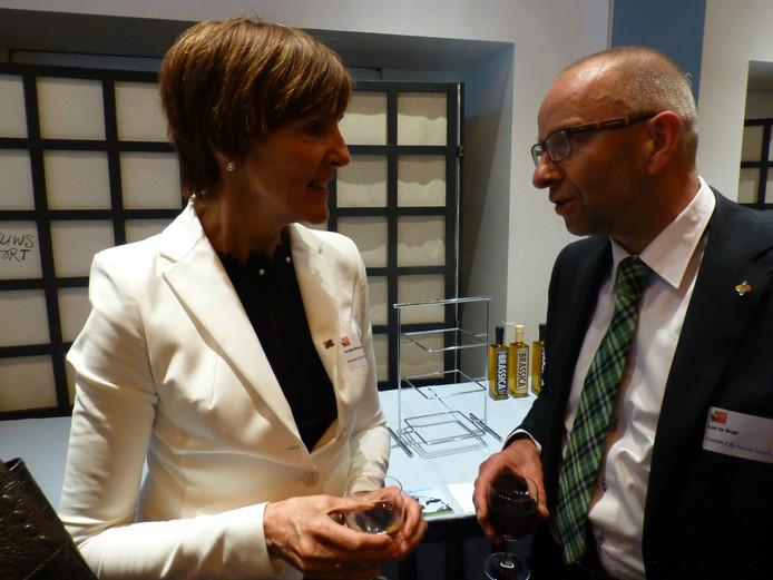 Leo te Bogt in gesprek met Anette Bronsvoort, burgemeester van Oost Gelre, in Den Haag tijdens een bezoek aan het Lentediner. Archieffoto: Dolf Ruesink