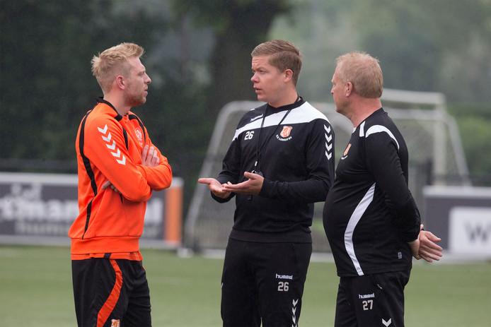 Longa'30-trainer Erik Zandstra (midden) had een zware middag in Geesteren.