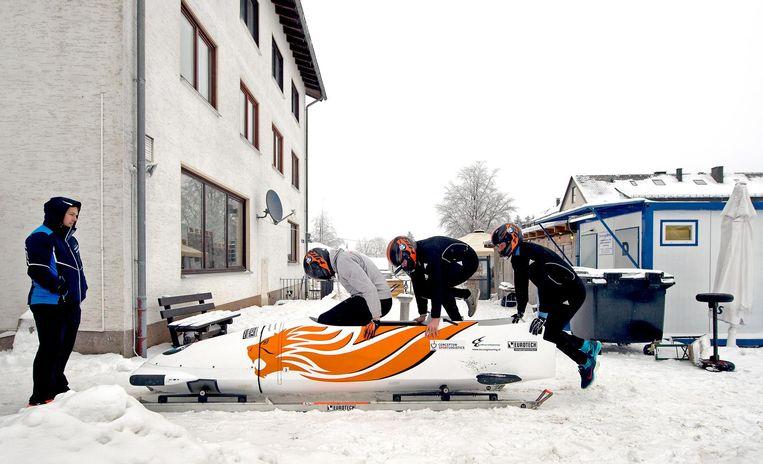 De mannen van de nederlandse viermansbob trainen om de start te perfectioneren. Beeld Klaas Jan van der Weij