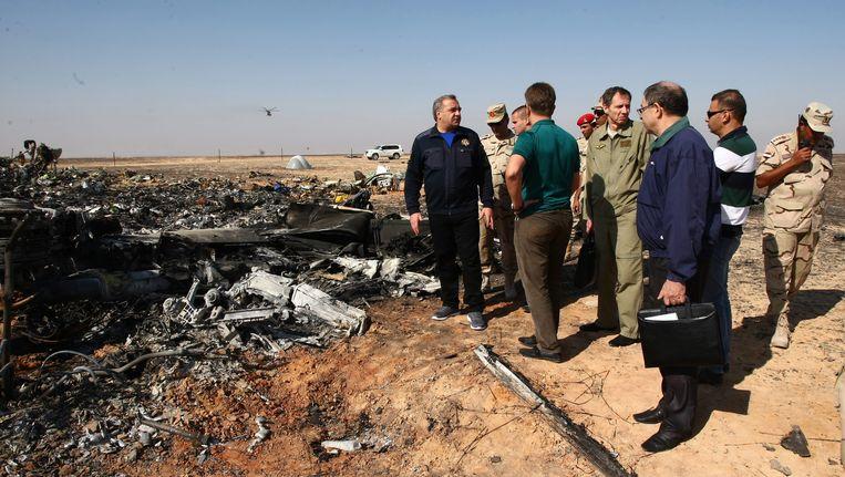 De Russische minister van Rampenbestrijding, Vladimir Puchkov (L), bij de plek van de crash. Beeld epa