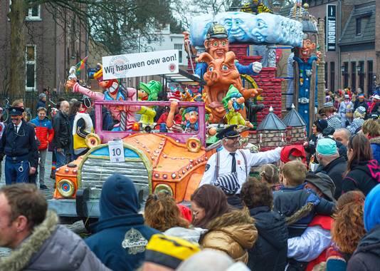 Carnaval 2017 Groep De Hoge Raad tijdens optocht Uden.  Wij hauwen oew aon.  Ze fouilleren het publiek en delen bonnen uit. Fotograaf: Van Assendelft Fotografie_ Jeroen Appels