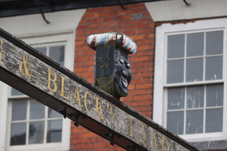 De eigenaar van de pub The Green Man and Black's Head heeft na een massaal ondertekende petitie dit beeld weggehaald.