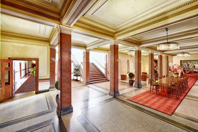 Een impressie van de lobby, naar een ontwerp van Piet Boon