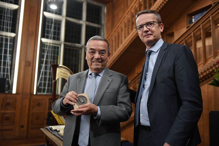 Burgemeester Louis Tobback (sp.a) krijgt uit handen van rector Luc Sels een erepenning van de universiteit.