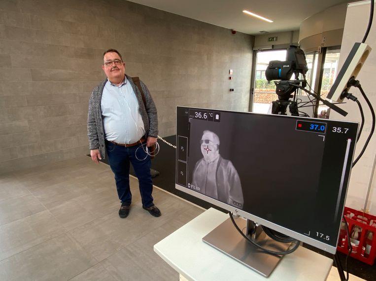 Thermograaf en longpatiënt Danny Leirs (56) bij zijn warmtebeeldcamera.