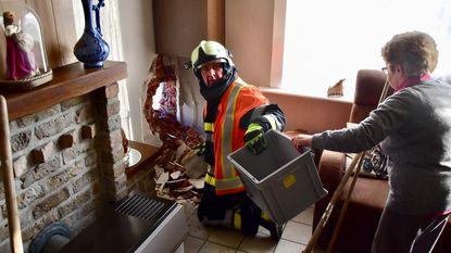 Betonplaten schuiven van oplegger: woning bejaard echtpaar geraakt