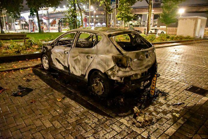 De auto aan de Putselaan brandde volledig uit.