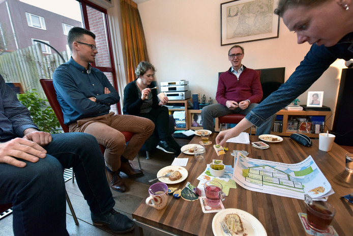 De groep komt bij elkaar met energiecoach Geert van de Rijdt (bij de televisie).