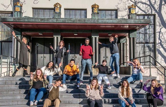 De studenten van de ROC-opleiding Sociaal Werker die Achttien aan de bak organiseren. Linksboven docent Willemien van Heugten, naast haar Lobke de Roij en zittend op bovenste rij in het zwart Ava Norrie.