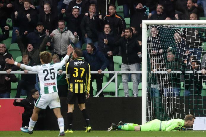 Jeroen Houwen ziet de bal in zijn doel verdwijnen.