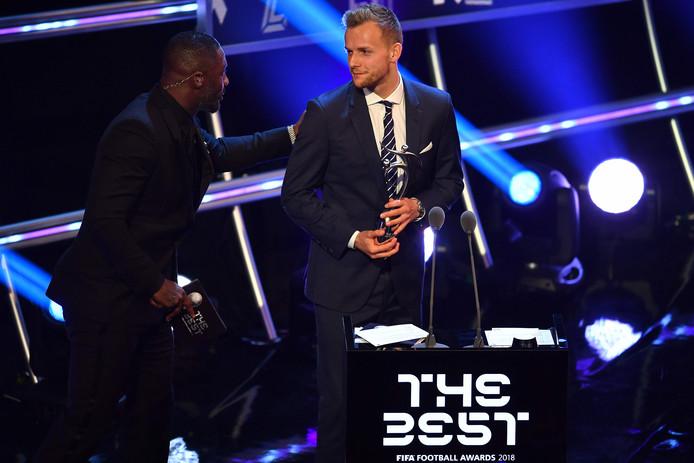 Lennart Thy kreeg vorige week bij het FIFA-gala de Fair Play Award gewonnen voor zijn levensreddende actie als speler van VVV. De Duitse spits liet in maart de wedstrijd van zijn toenmalige werkgever VVV tegen PSV schieten om stamcellen te doneren.