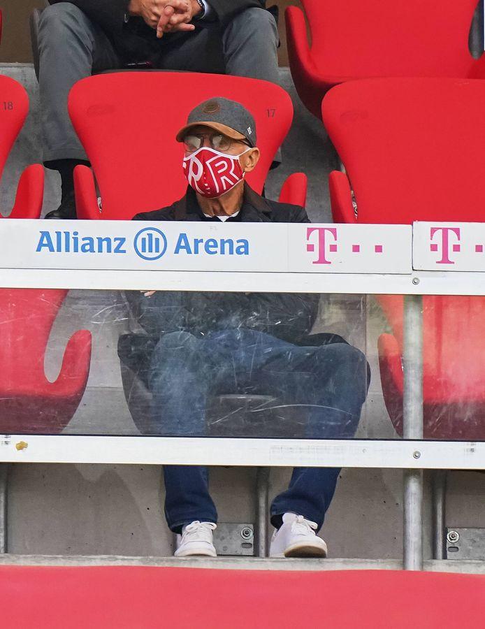 Totaal onherkenbaar, maar dit is Franz Beckenbauer op de tribune van Bayern München