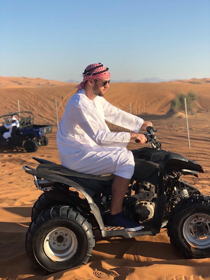 Stefan de Vrij op een quad in de woestijn van Dubai.
