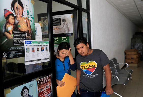 Tania verlaat het mortuarium in Matamoros, Mexico.