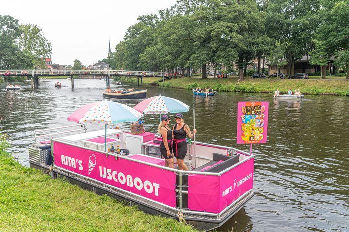 Nieuw in de Zwolse stadsgracht: Rita's IJscoboot. Bootje varen en ijsje pakken in Zwolle, het kan deze zomer.
