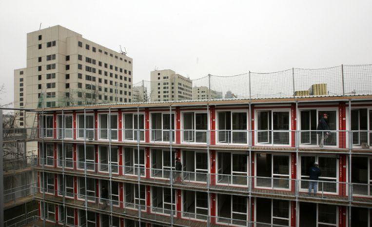 Bouw van wooncontainers voor studenten naast de Amsterdamse Bijlmerbajes (links) in 2006. Archieffoto ANP/Marcel Antonisse Beeld