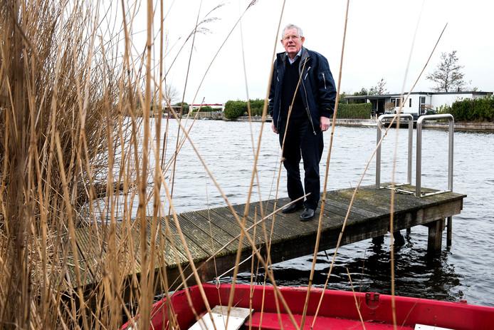 Voorzitter Henk van Ieperenburg  van IJsclub Maarssen die na 91 jaar wordt opgeheven.