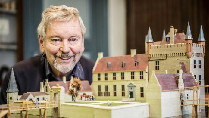 Jacques Moerman, hier met een maquette van kasteel Keenenburg, wil een ereplaquette voor dominee Hambrouck.