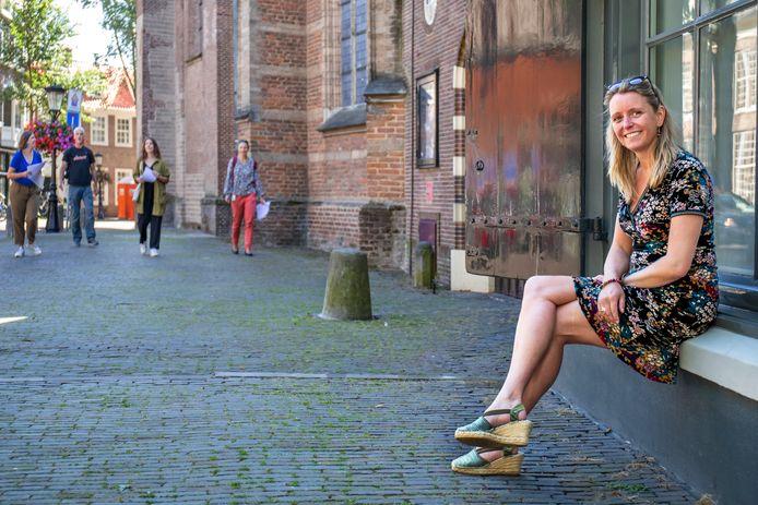 Biografe Vivian de Gier op het Pieterskerkhof, een plek die een grote rol speelt in Stad in de storm.